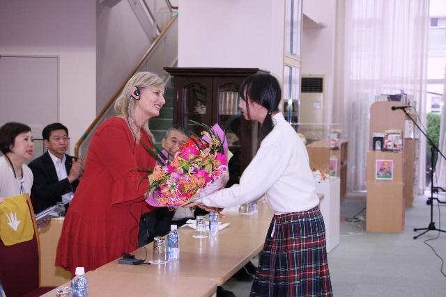 図書館で中学生代表と歓迎交換会