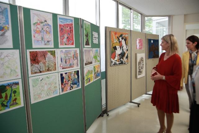 美術史専攻の総長が生徒作品を鑑賞