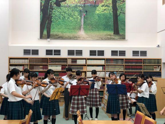 図書館でのオーケストラ演奏